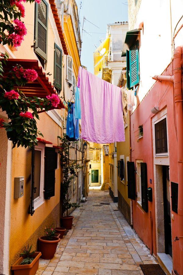 Smalle, kleurrijke straatjes op Corfu