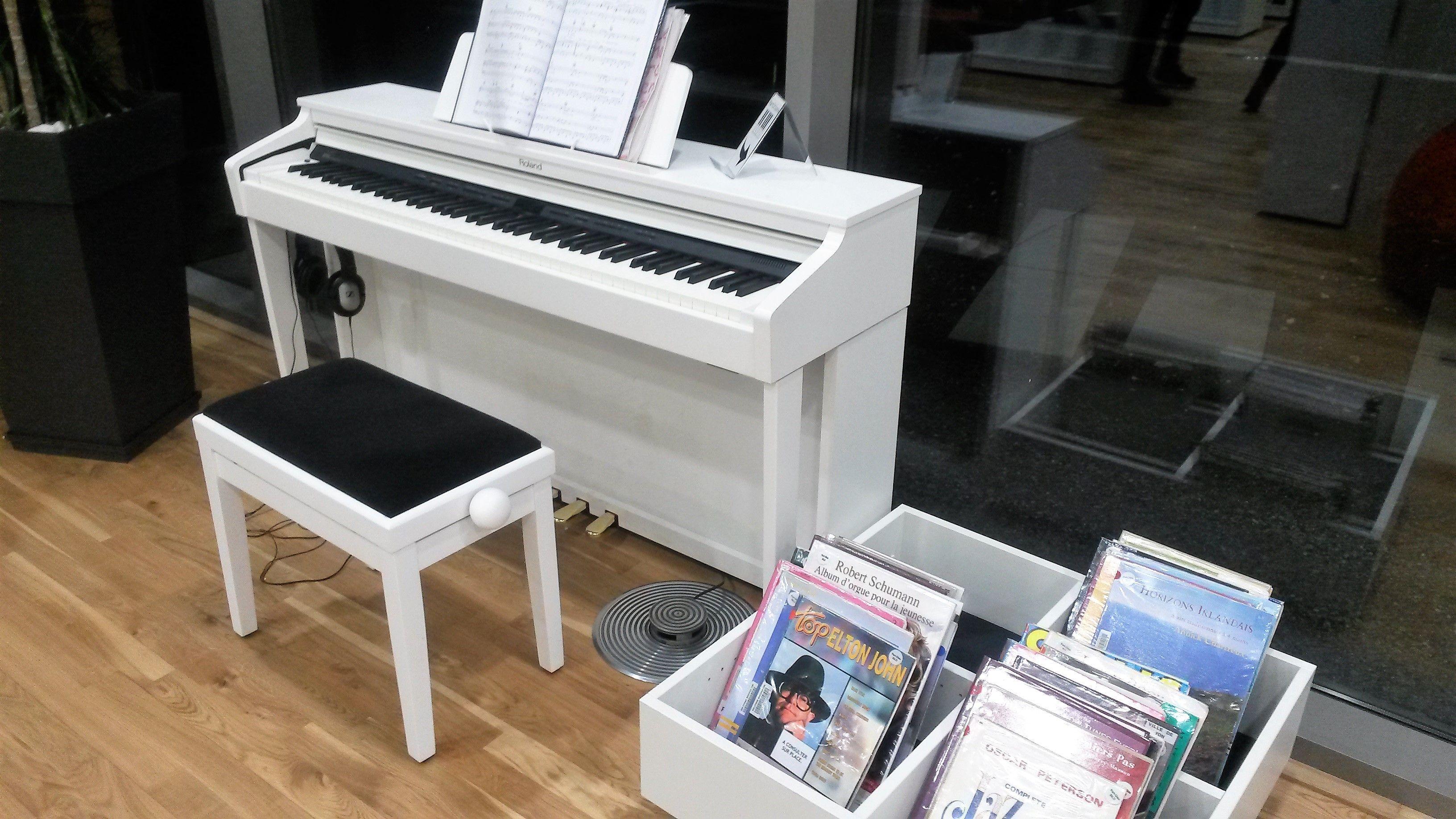 Piano numérique. Bibliothèque Lacassagne (Lyon). [Photographie du groupe  projet, prise