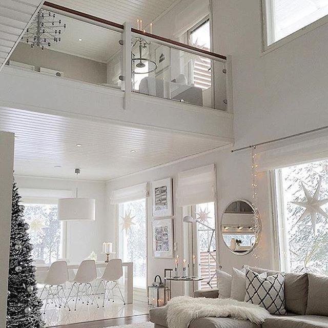 Tudo branco!! Amo mezanino!! Amo pé direito duplo!! Amo tudo nesse ambiente!!!#Repost @pkliving with @repostapp ・・・ Happy sunday & first advent Taisin sytyttää tänäänkin kyllä enemmän kuin yhden kynttilänUpea talvipäivä, lunta ja aurinkoa...Oma sunnuntai menee töiden merkeissä, mutta ihanaa päivää sinne #interior_and_living #interior4all #interior9508 #skandinavianhome #skandinaviskehjem #boligpluss #boligmagasinet #heminspiration #inredningsinspo #instakodit #interiorstyled #mykindof...