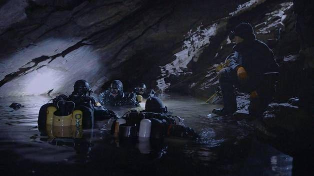 Sukellusryhmän muut jäsenet palasivat viranomaisten kielloista huolimatta nostamaan ylös ystäviensä ruumiit.
