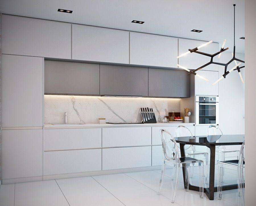 marmor k chenr ckwand weisse k cheneinrichtung esstisch aus holz und durchsichtige plastikst hle. Black Bedroom Furniture Sets. Home Design Ideas