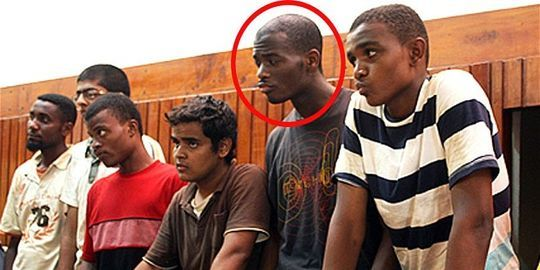 Ce que l'on sait des deux suspects du meurtre de Londres. Les révélations se multiplient au sujet de Michael Adebolajo et Michael Adebowale, les deux assassins présumés d'un soldat britannique dans une rue de Londres, mercredi 22 mai. De la tentative de recrutement par le service de renseignement britannique MI5, à l'arrestation au Kenya, le point sur les informations connues au sujet des deux hommes.