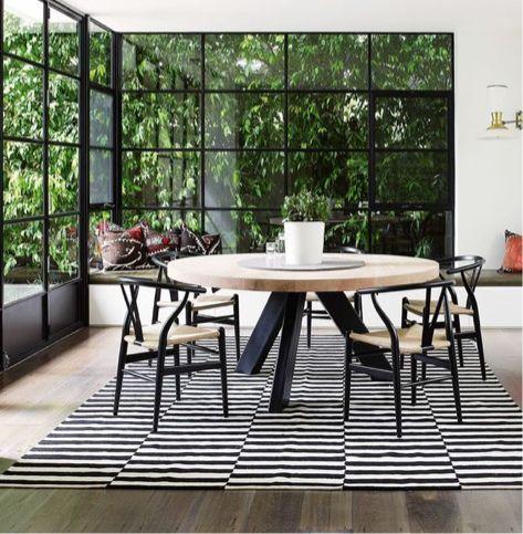 Grote ronde tafel met wishbone stoelen - bekijk en koop de producten van dit beeld op shopinstijl.nl