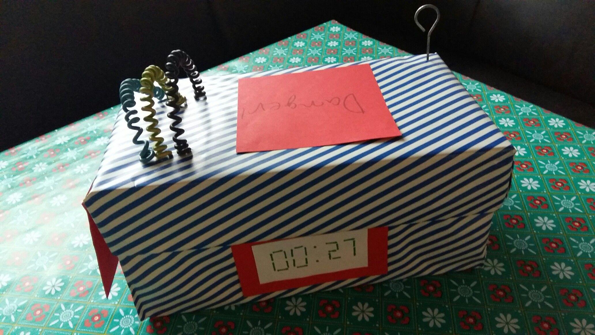 Traktatie doos met daarin dynamiet staven van rode en zwarte dropveters.