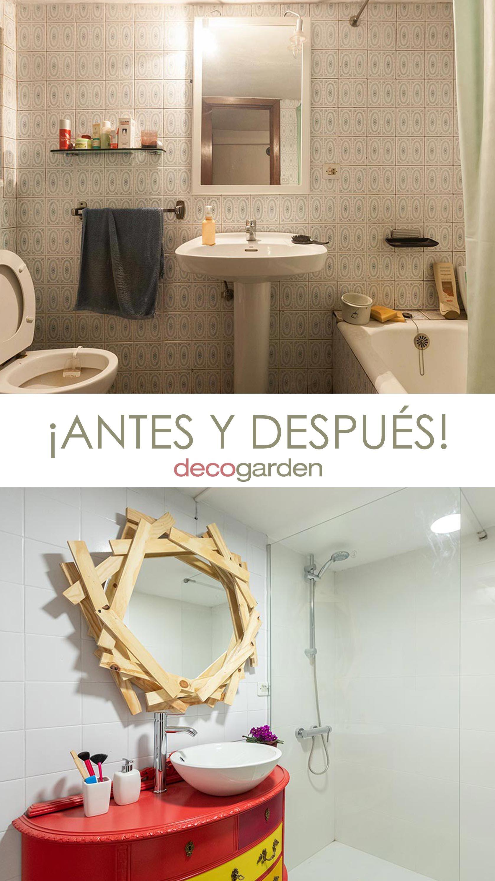 Cuarto de baño pequeño y colorido con espejo de listones ...