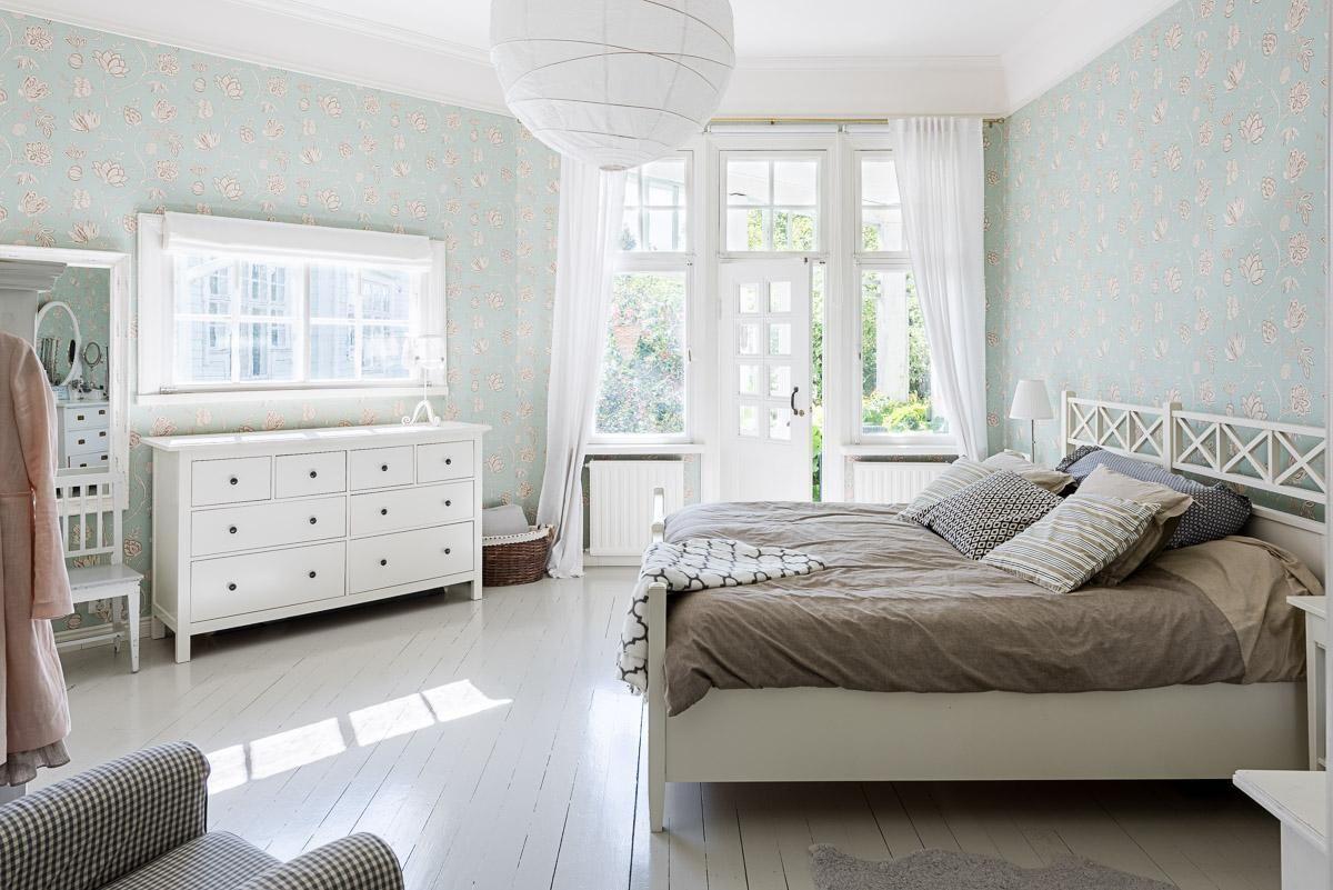 Kaunis kuviollinen tapetti ja vanhan talon fiilikseen sopivat kalusteet tekevät makuuhuoneesta ihanan tunnelmallisen.