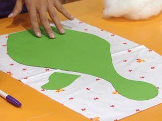 Transferir el molde a la tela: el cuerpo y el suplemento en tela estampada; la cresta, el cogote y las patas, en tela roja y el pico en amarillo.
