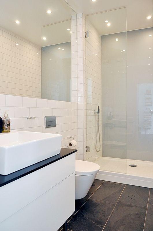 Store sorte fliser på gulv og små hvide subway fliser på vægge | Badeværelse | Badeværelse ...