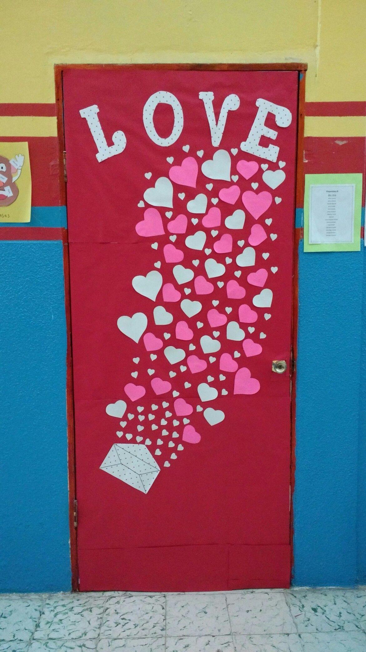 Puerta decorada d a del amor y la amistad proyectos que for Puertas decoradas para el dia del libro