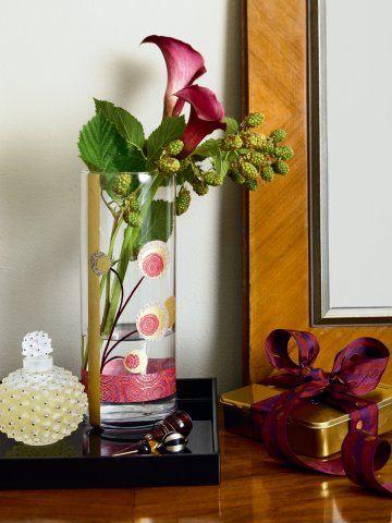 un vase décoré de papier de soie | papier de soie, vase en verre