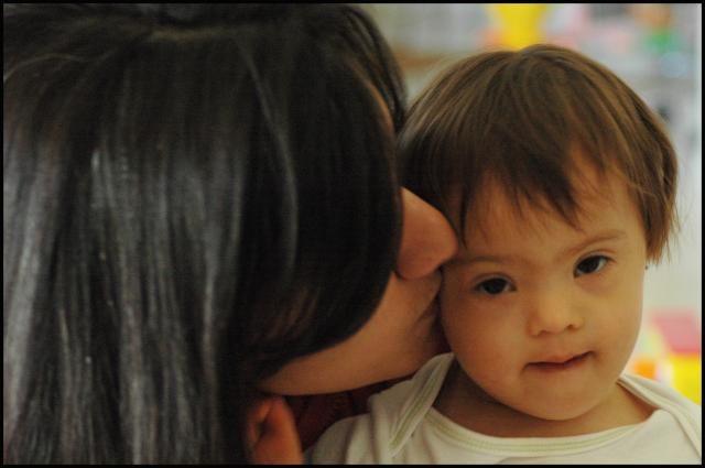 Foto de bebé con síndrome de Down y su mamá