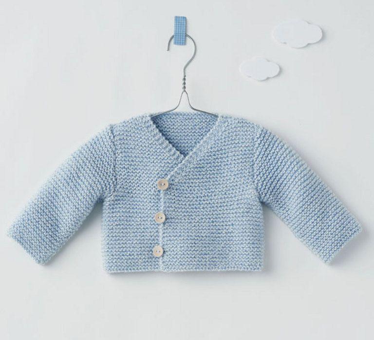 Avis aux débutantes, le modèle de la brassière croisée layette est tricoté en ';>Laine CACHEMIRE SOIE' coloris ciel en point mousse, très simple à réaliser. Il est fermé par 3 à 4 boutons en fonction de la taille.Modèle tricot n°05 du mini-catalogue N° 583 : Layette - automne/hiver 2014