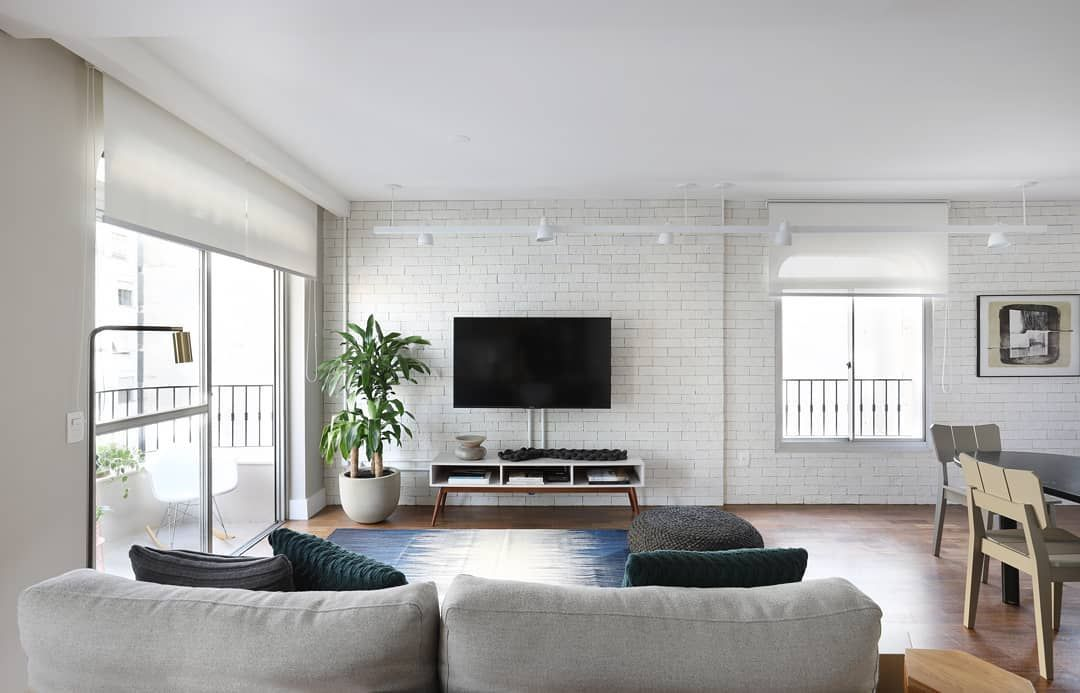 Photo of sala integrada ampla e multifuncional: jantar, estar, TV e home office.A cozinha também é integrada!