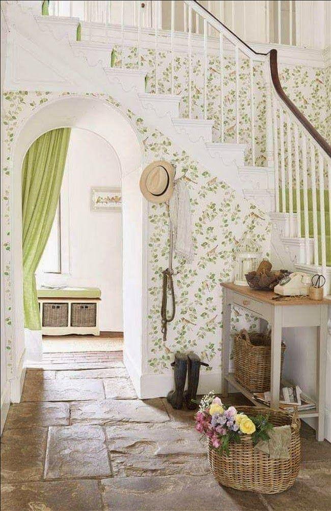 Un #style #cottage pour cette #entrée de #maison ! #vert #rotin ...