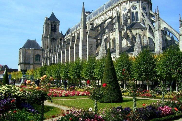 Bourges L Ancienne Capitale Du Berry Ces Villes Fleuries De France A Visiter Bourges Ville Fleurie Cathedrale