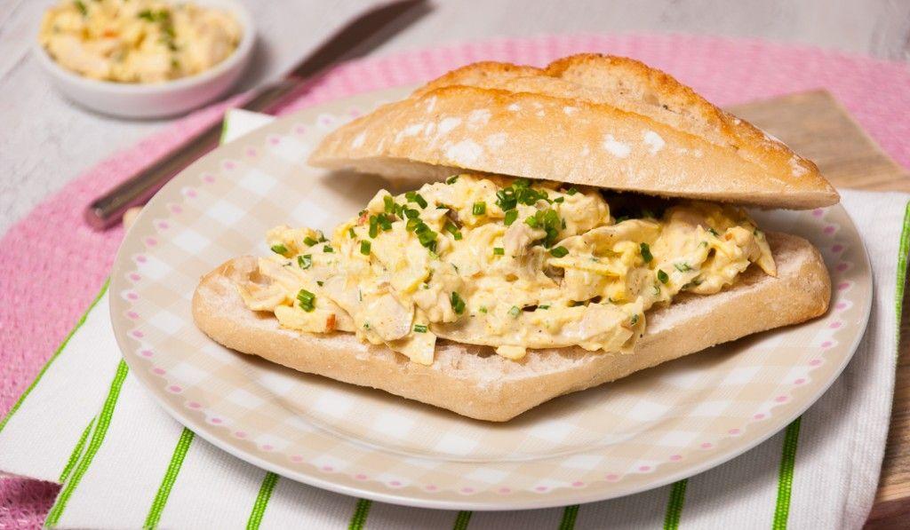 Vergeet de bakjes Johma salade! Deze zelfgemaakte kip-kerriesalade is echt veeeeel lekkerder en bovendien heel makkelijk om te maken.
