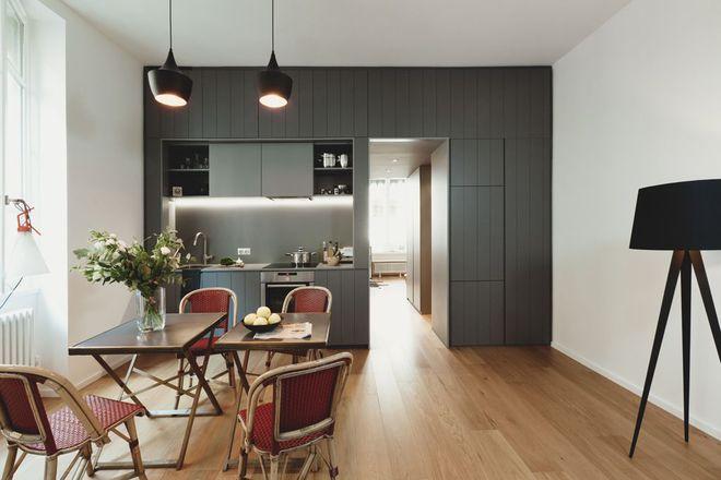 Une cuisine discrète et minimaliste qui s\u0027ouvre sur la salle à