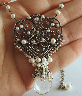 Wire and pearls create that vintage feeling.