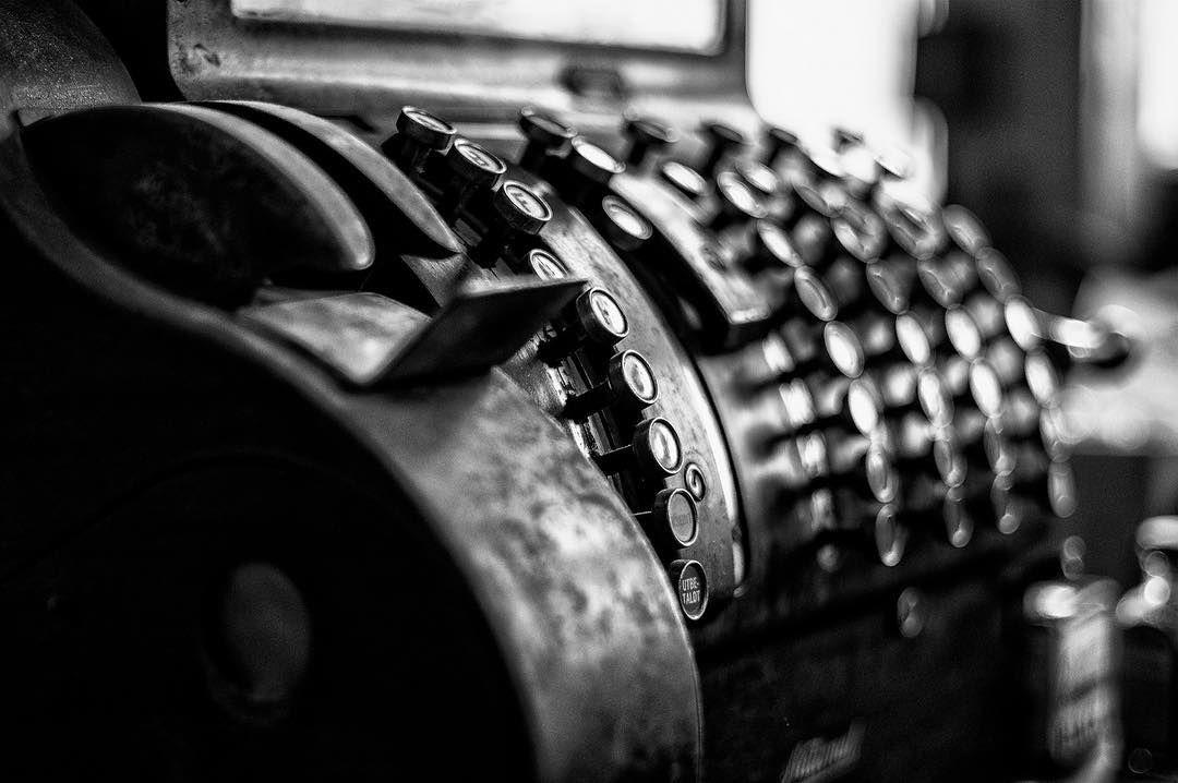 An old cash register #cashregister #blackandwhite #wu_sweden #nikonphotography #nikon_photography #d500 #ig_sweden #blackandwhitephotography #retro #vadstena #kungstarby #kungstarbygård