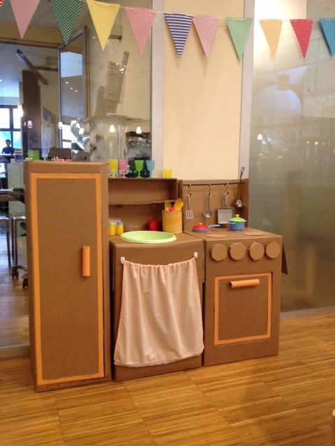 Cucina di cartone fai da te bycristinabambinocreativo for Casetta di cartone per bambini fai da te