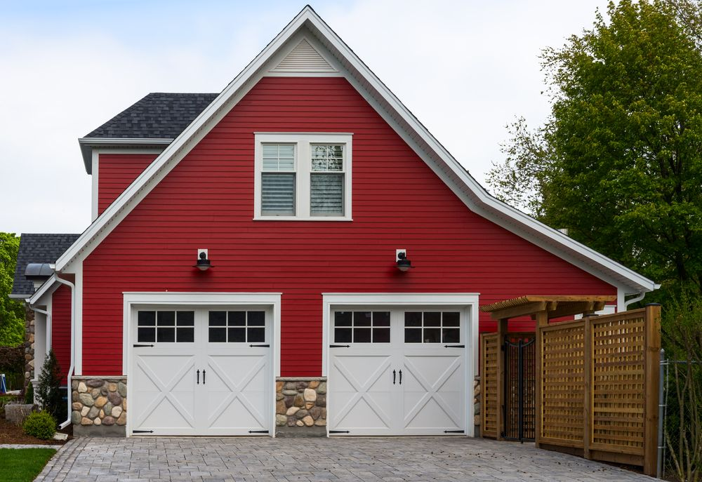 Merveilleux This Red, Side Facing Garage Features Two Car Carriage Style Doors In White  Wood, With Upper Panel Windows And Overhang Lights.