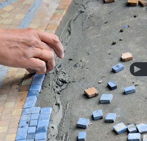 Montage des céramique aux abords de la piscine à la Villa Empain. Rénovation par l'Atelier Ma².