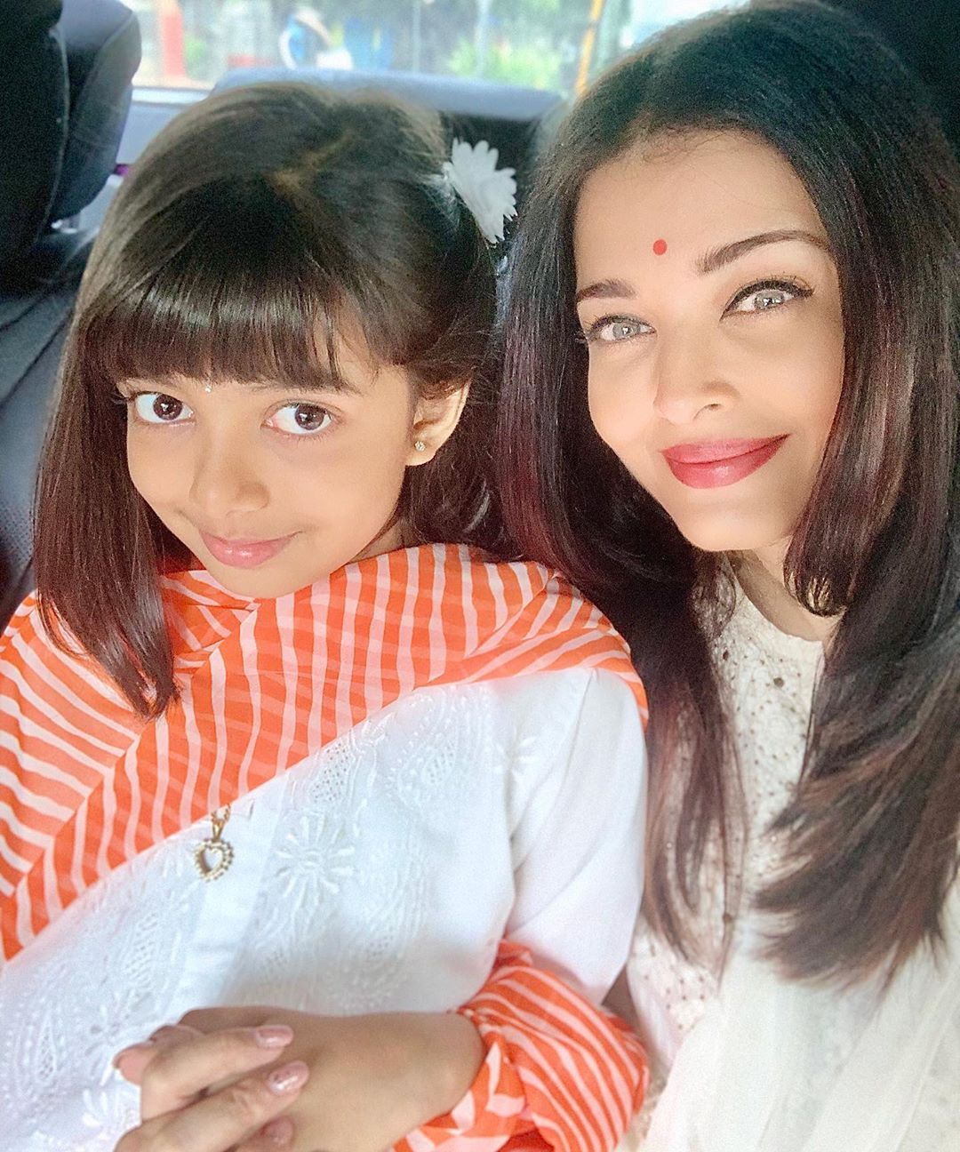 Aishwaryaraibachchan On Instagram Happy Dussehra And Vijaya Dashami To All Much Warmth Love And Aishwarya Rai Aishwarya Rai Bachchan Bollywood Actress