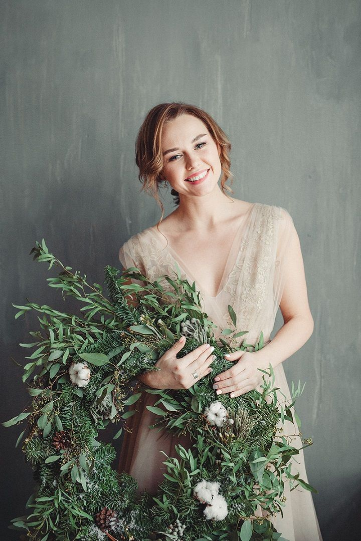 Rustic and cozy winter wedding styled shoot | tan wedding dress | fabmood.com #winterwedding #weddingdresses #wedding #rusticwedding #greenwreath #weddingwreath #wedding #tanwedding #coloredweddingdress