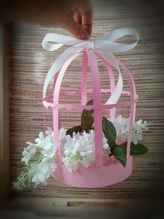Aquí os dejo más jaulas de cartulina que como veis se pueden decorar de muchas maneras : Con flores de papel, artificiales, naturales. Al...