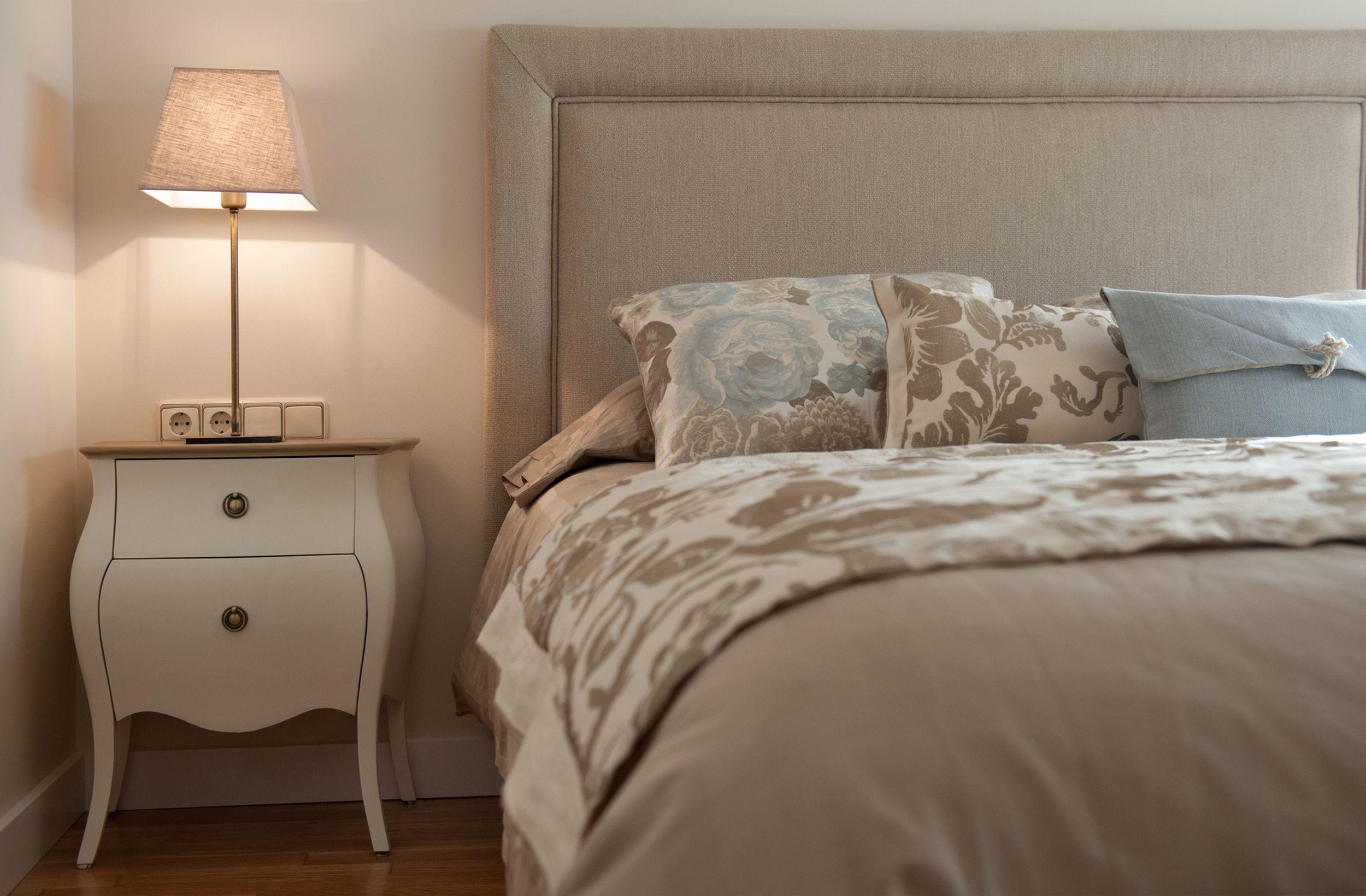 Decoracion Contemporaneo Dormitorio Camas Comodas Lamparas  ~ Adornos Para Comodas De Dormitorio