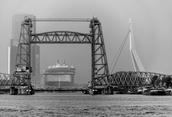 Oasis of the Seas, Erasmusbrug en De Hef in zwart-wit van Jeroen van Dam