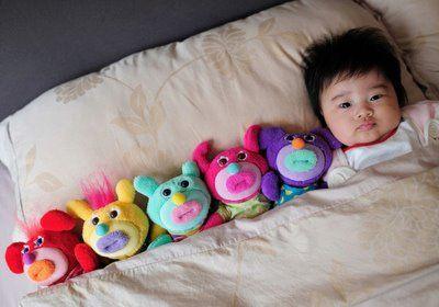 los muñecos son los dueños el niño es el juguete