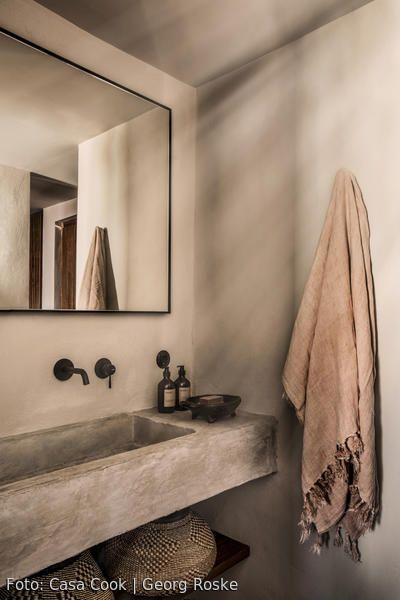 Industrial Mediterranes Badezimmer Mit Viel Beton Und Naturtonen Spiegel Mit Schwarzem Rahmen Schwarzer Wasserhah Casa Cook Hotel Casa Cook Badezimmer Design
