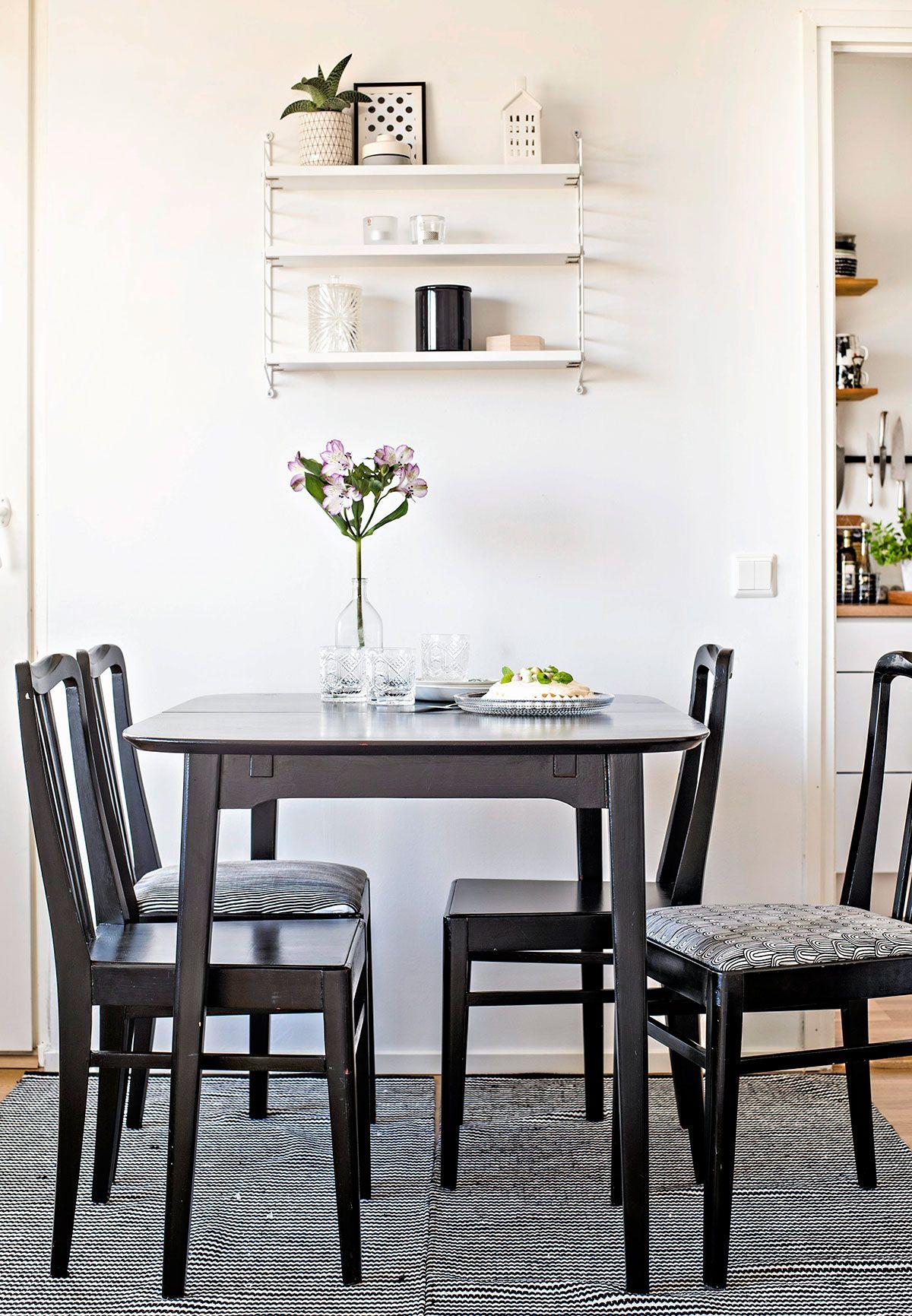 Hennan ukin vanha ruokapöytä on käsitelty mustaksi. Stringin seinähyllykköön Henna vaihtelee tavaroita fiiliksen mukaan. Osa tuoleista on verhoiltu Marimekon keittiöpyyhkeillä.