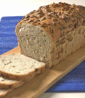 Helkornbrød av bygg, byggmel, hvetemel, kefir og gresskarkjerner er deilig og sunt, middels grovt brød som passer til lunsj eller i matpakken.