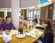 #matildetiramisu #concorso Pranzo in gruppo per i single. Aggiungere un posto a tavola, se finora ci riportava più a vecchie locande, sta diventando una scelta di alberghi e ristoranti di lusso. Lo chef Vissani ne ha fatto la cifra di Casa Vissani a Baschi, in Umbria. Martedì, venerdì e sabato, il pranzo è servito in un'ora nel tavolo alto da sedici posti. I commensali del conviviale, alla fine della permanenza, decidono insieme quando ritornare.