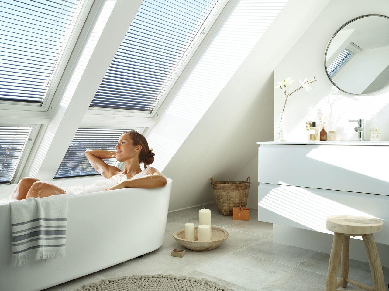 In Der Badewanne Den Tag Entspannt Beginnen Durch Grosse Fensterlosungen Von Velux Salle De Bain Decoration Bains