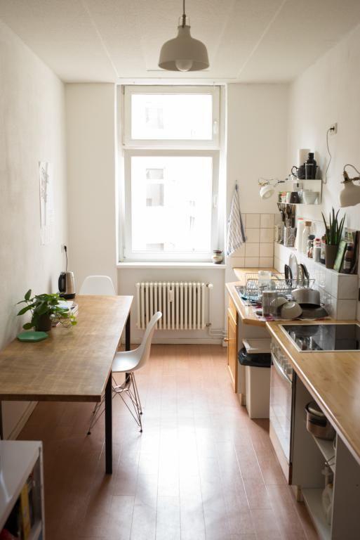 Wunderschöne Altbauküche mit Esstisch und großem Fenster #kitchen - holzdielen in der küche