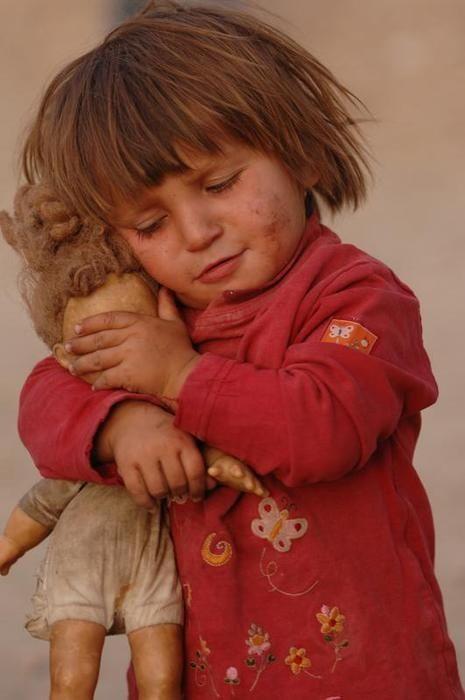 La inocencia de una niña que tapa los ojos a su muñeca para que no vea el mundo en el que vive.