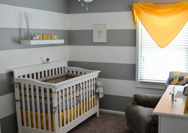 Babyzimmer Einrichten Grau Weiss Gelb Babybett Sessel Streifen  Wandgestaltung