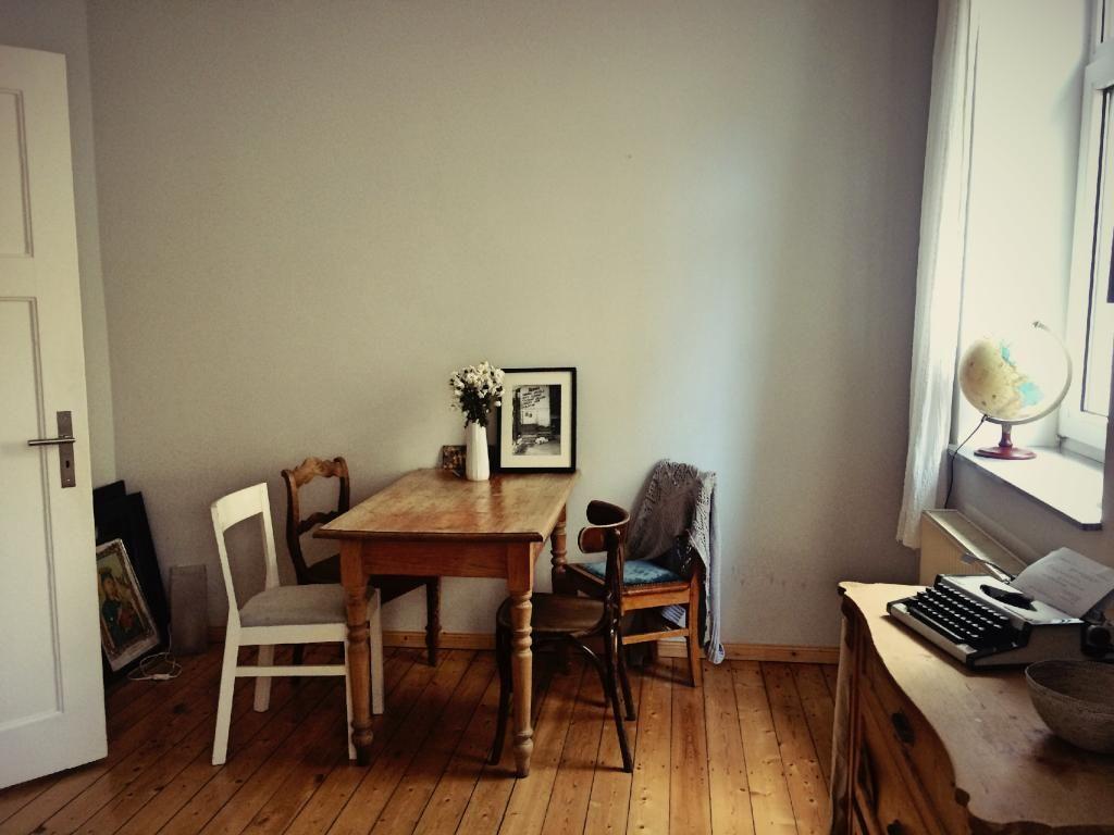 gem tlicher essbereich in hannover altbauwohnung mit dielen und grauer wand sowie sch nen. Black Bedroom Furniture Sets. Home Design Ideas