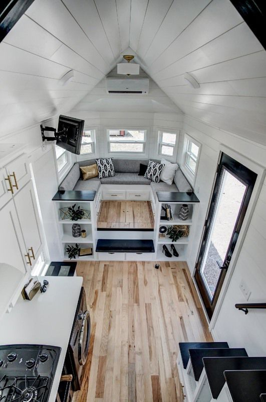 Die eingebaute Couch hat Stauraum darunter und klappt zu einem Bett zusammen, das ...  #couch #darunter #einem #eingebaute #klappt #stauraum #zusammen #compactliving