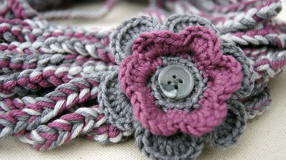 Collo in lana con fiore fucsia e grigio