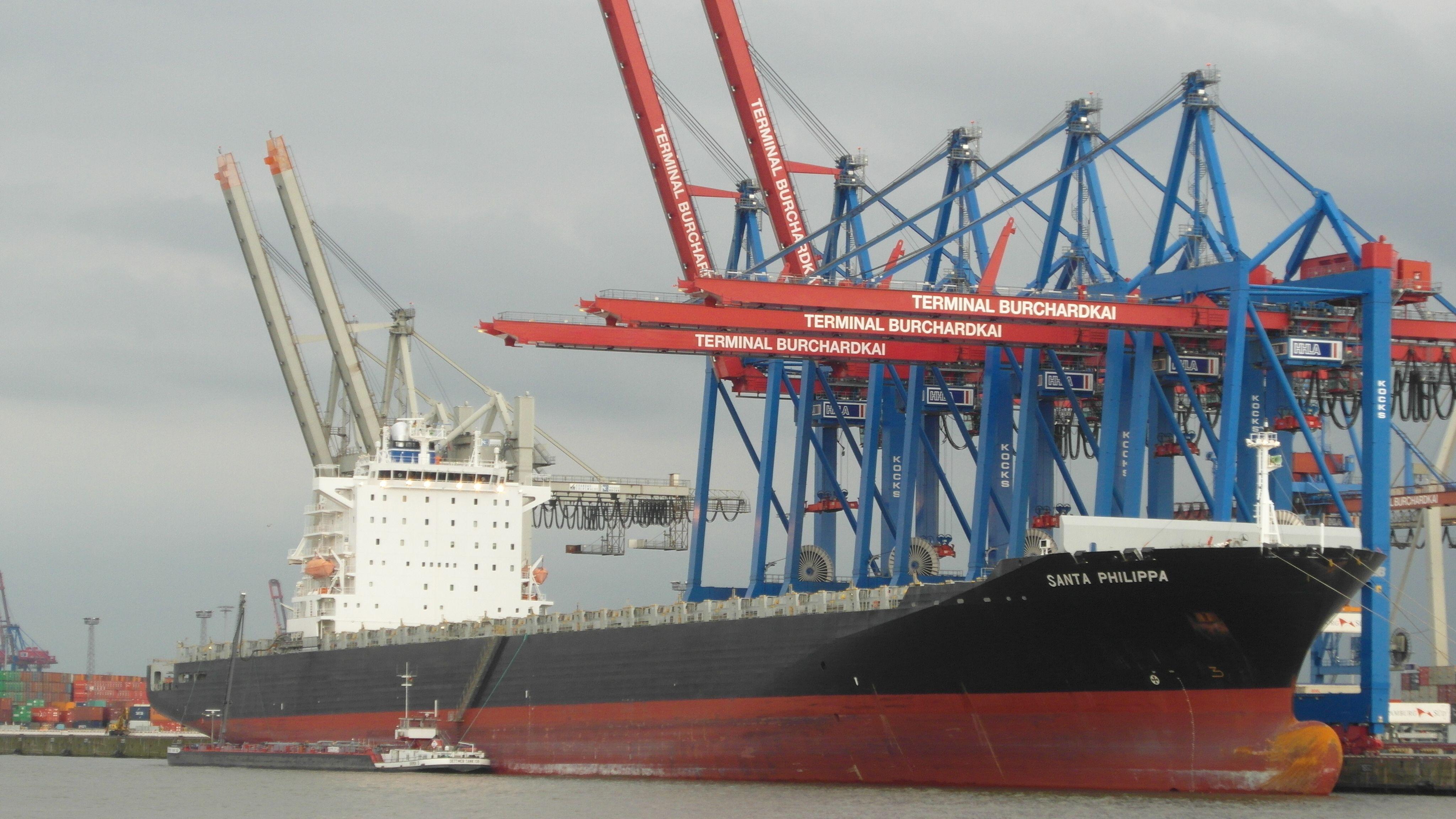 Hamburg Containerschiff beim Entladen