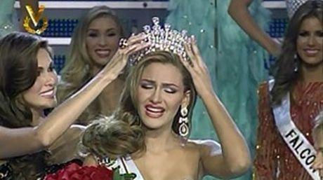 Momento de la coronación de Miss Costa Oriental