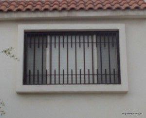 Fotografia de modelo de reja contemporaneo con barrotes verticales