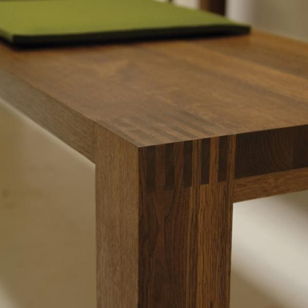 #Eetkamertafel Dorus van #Pilat&Pilat is een wat bescheidener #meubel dat op de hoeken een zichtbare verbinding met de poten heeft. De verschillende planken waaruit het blad is opgebouwd zijn goed te zien en te voelen, wat de Dorus zijn natuurlijke uitstraling geeft. #GilsingWonen #design #wooninspiratie