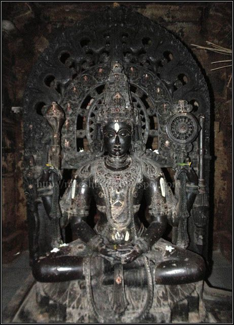 Huvina hadagali has a group of temples each with separate deity and are referred to as Kallesvara, Channakeshava, Benne Krishna, Yoganarayana.