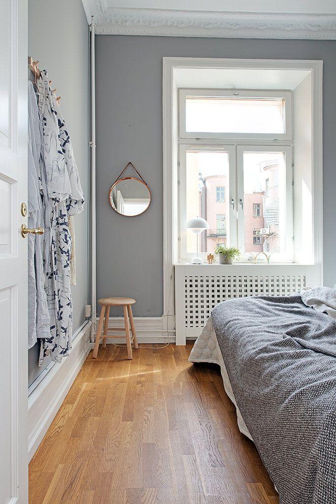 Vita snickerier ramar in de grå väggarna fint Wood floor