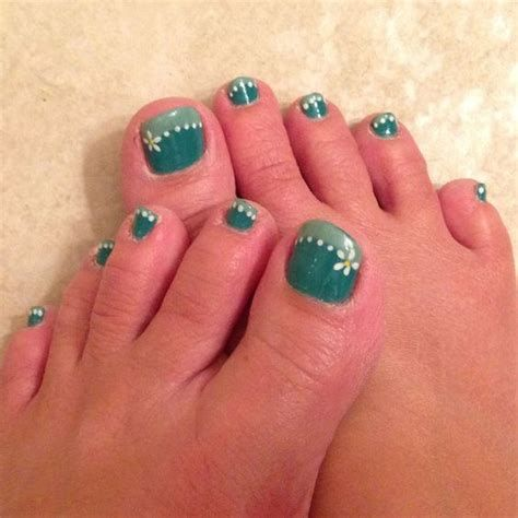 greens with daisies  toenail art summer toe nail art